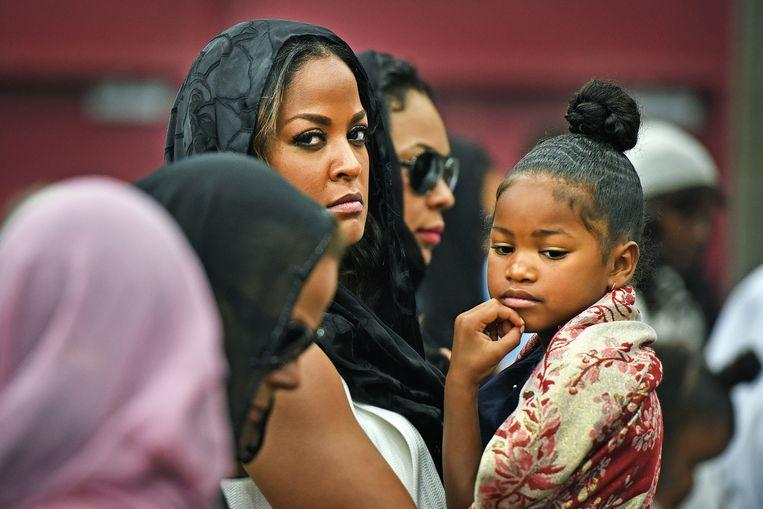 Leilah Ali, de tweede dochter uit het derde huwelijk van Ali, woont met haar dochter donderdag de islamitische dienst in de Freedom Hall bij. Ze wordt geflankeerd door haar oudere zuster Hannah en Ali's laatste vrouw Lonnie. Leilah was zelf ook een kundig bokser. Beeld null
