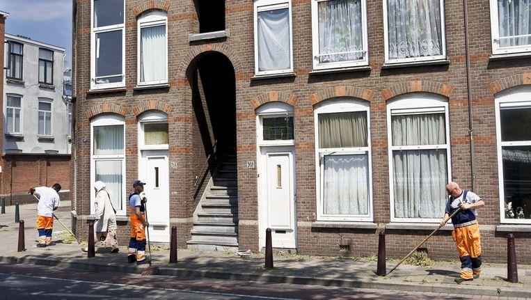 Straatvegers zijn aan het werk in de Haagse Schilderswijk Beeld anp