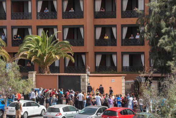 Ook personeel dat deze morgen aan de slag wilde in het hotel, mag niet meer binnen. Reizigers in het hotel kunnen enkel toekijken vanaf hun balkon.