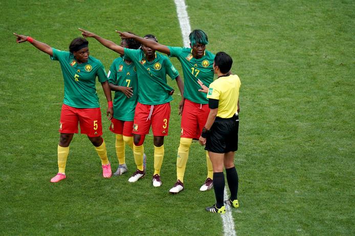 Kameroen protesteert bij arbiter Qin Liang.