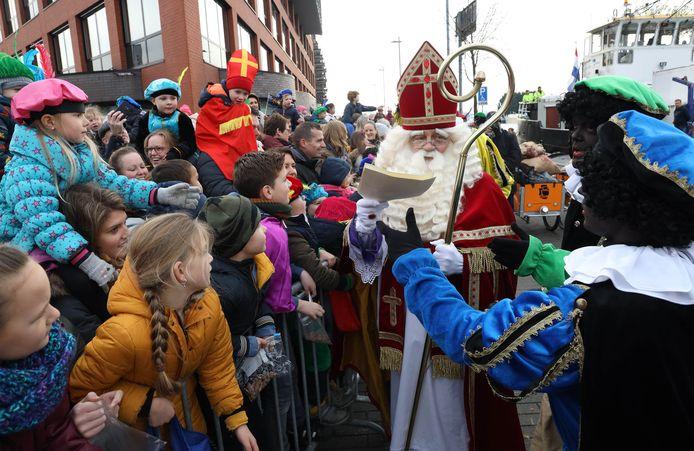De intocht van Sinterklaas vorig jaar in Terneuzen. Dit jaar zijn er in Zeeland geen grootschalige intochten.