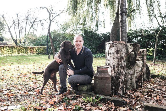 Rinaldo Klein Bleumink met zijn hond Dibbes in zijn tuin in Hummelo. Foto Jan van den Brink.