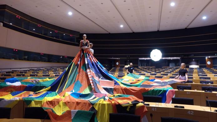 De Rainbow dress fleurt deze week het Europese Parlement op.