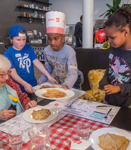 Leerlingen bakken pannenkoeken voor ouderen: 'Ze zijn erg lekker'