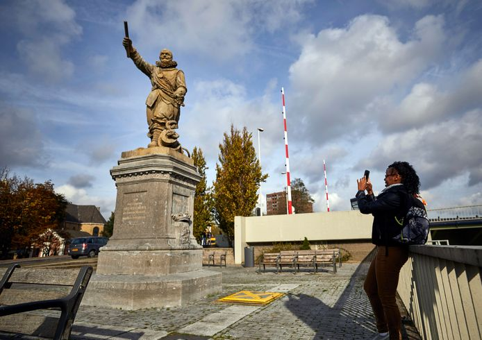 De Amerikaanse Mackline Bastien fotografeert het standbeeld van Piet Hein in Delfshaven ,,Hij heeft een goede en een slechte kant.''