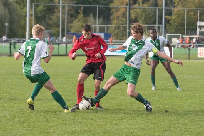 Max van Limpt van EFC probeert zich een weg te banen tussen de RPC'ers Abel van Aller (l) en Joris van der Steen.