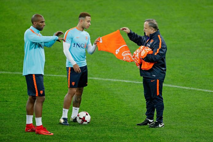 Ryan Babel, Memphis Depay en bondscoach Dick Advocaat (vlnr) tijdens de laatste training van Oranje in 2017.