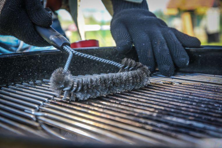 Met een T-vormige borstel maak je heel gemakkelijk je rooster schoon. Doe dit  niet direct na het barbecuen, maar wacht gewoon tot de volgende keer.