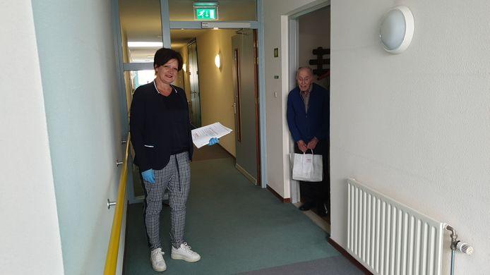 Projectbegeleider Hetty Kriesels leverde donderdag de eerste warme maaltijden af in Eindhoven.