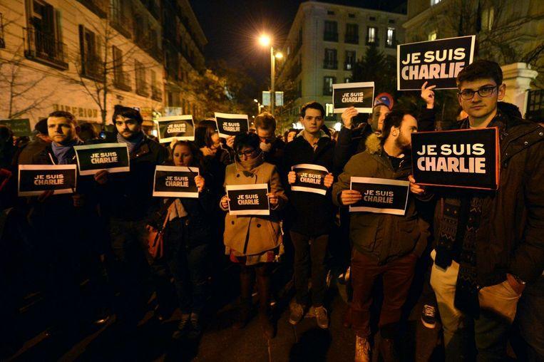 Een ontroerd gezelschap betuigt medeleven in de straten van Parijs. Beeld null