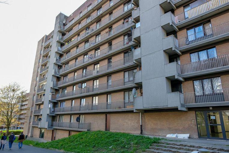 Van op dit flatgebouw zouden al stenen naar de politie gegooid zijn.