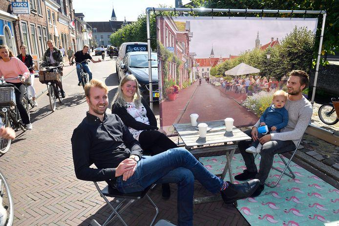 De Jonge Honden zien liever terrassen en stadstuinen op de plek van parkeerplaatsen voor de Koppelpoort. Links Job Kerklaan, midden Amy Kosse en Paul Versteeg met Boris.