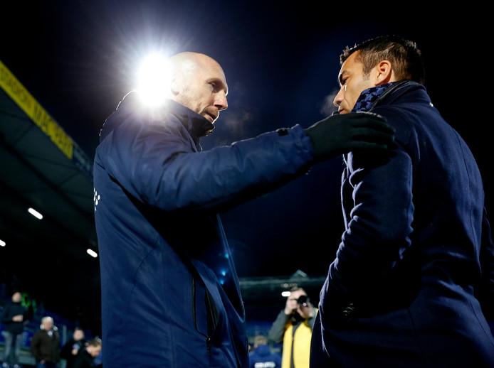Jaap Stam (l) met Giovanni van Bronckhorst bij zijn debuut als trainer van PEC Zwolle tegen Feyenoord.