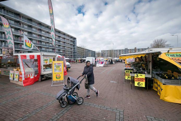De woensdagse weekmarkt in Malburgen, een van Arnhemse kwetsbare wijken (archieffoto).