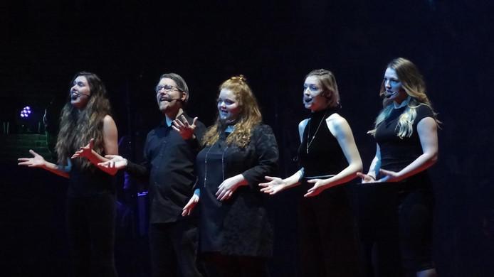 Midden: Jori van Gemert, de Hapse muzikante is dit theaterseizoen als gastprogrammeur verbonden aan de schouwburg in Cuijk