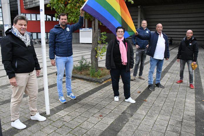 De regenboogvlag is aangekomen bij De Vliert. Het is de derde keer in de historie dat dit is gebeurd.