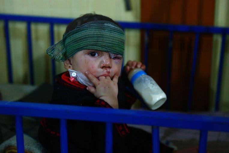 In de aanloop naar het staakt-het-vuren werd er vrijdag nog zwaar gevochten. Dit jongetje raakte bij een luchtaanval in Douma gewond. Beeld afp