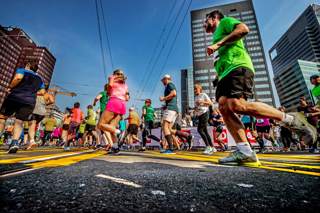 Marathonlopers in Rotterdam komen de Coolsingel op.