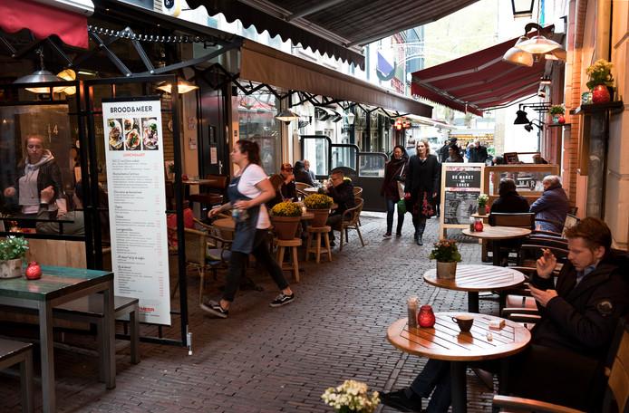 74410431321 De Drieharingstraat in de binnenstad van Utrecht. Winkels hebben  plaatsgemaakt voor horeca.