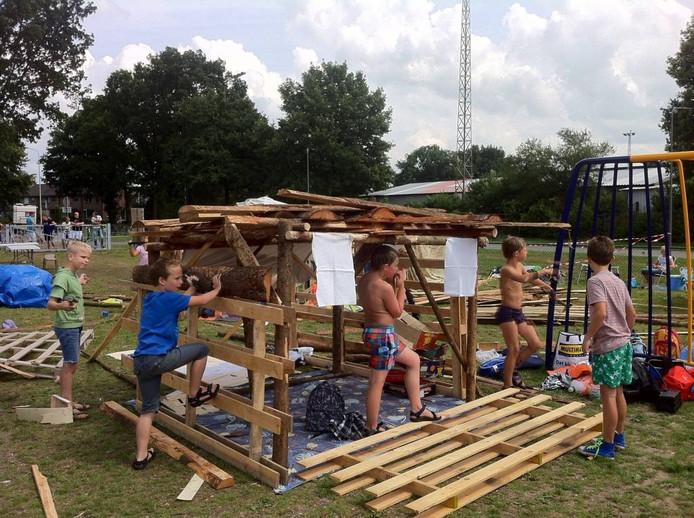 Kinderen zijn actief bezig in een bouwdorp in Rheden.