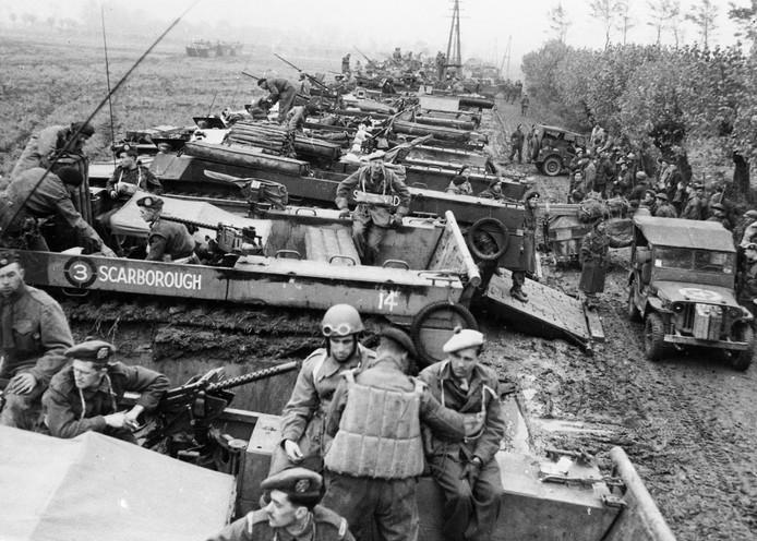 Terneuzen, 26 oktober 1944, inladen van amfibievoertuigen voor de oversteek naar Ellewoutsdijk, de 52nd Lowland Division en 7th Battalion The Cameronians (Scottish Rifles). Fotograaf onbekend, herkomst New York Times, collectie foto's, ZB Beeldbank Zeeland 32518.