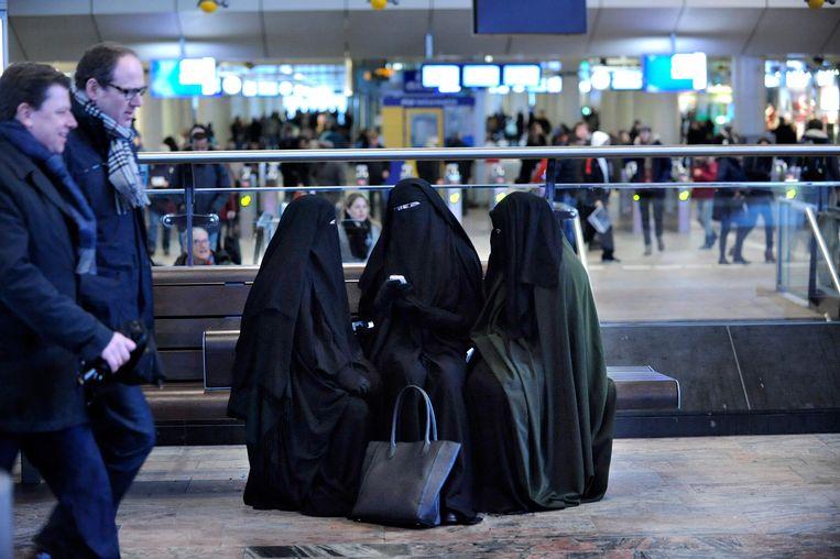 Vrouwen gekleed in nikabs op Rotterdam Centraal, 7 februari 2014. Beeld Hollandse Hoogte / Peter Hilz