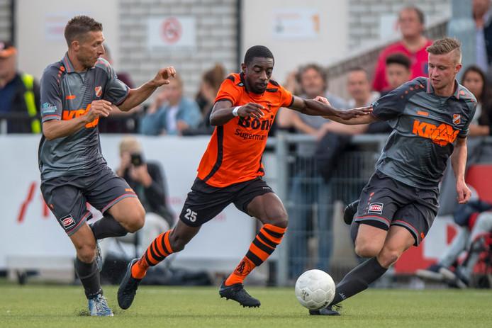 Gilbrano Plet (midden) zette Sparta Nijkerk tegen Volendam op het goede spoor met de assist voor de 1-1 van Bryan Burgerhout.