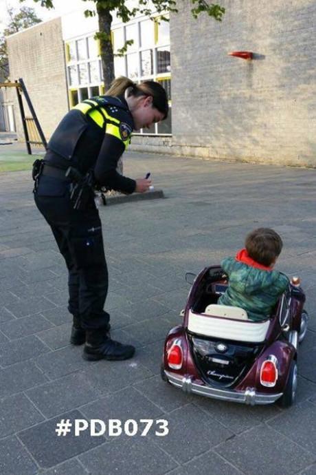 Hartverwarmende foto: jongetje in autootje op schoolplein Rosmalen verovert honderden harten