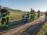 Brandweer redt scootmobieler, maar raakt zelf vast in modder