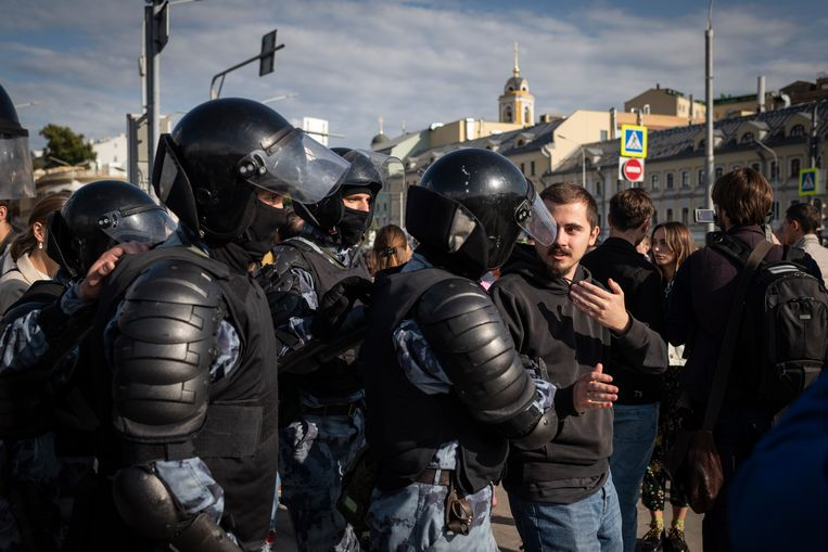 Politie met een demonstrant tijdens de protesten in Moskou op 3 augustus. Beeld Yuri Kozyrev