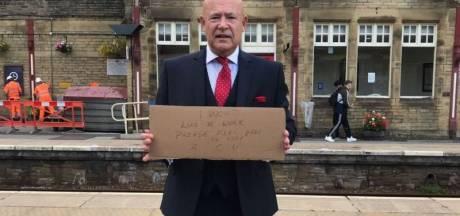 Un Britannique qui avait distribué 200 C.V. dans les gares a enfin un job