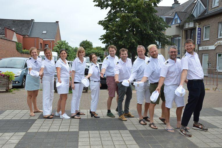De organisatoren van de Savooifeesten, met dit jaar als thema 'Savooi Cruise', op het Savooiplein in Ninove.