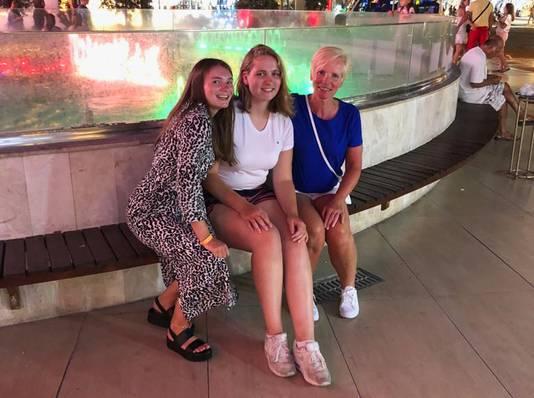 Vlnr: Zusjes Margriet en Annabel en moeder Trees uit Emmeloord tijdens hun vakantie in Turkije.