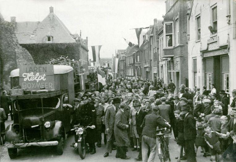 6 september 1945: een vrachtwagen brengt huisraad van Laren, dat relatief weinig last had gehad van de oorlog, naar het zwaar getroffen Boxmeer Beeld -