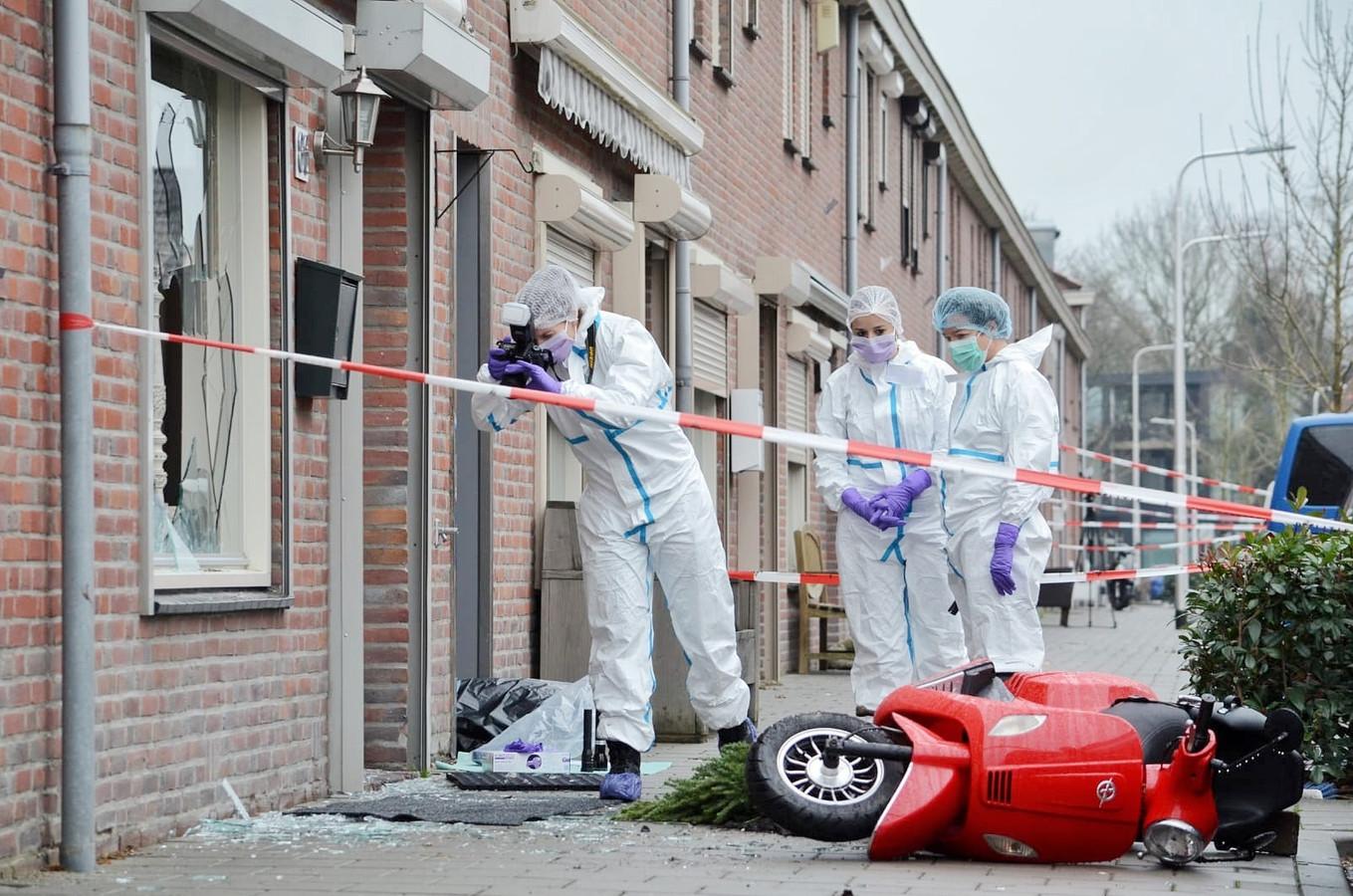 Bij de woning in de Korhoenstraat waar woensdagnacht een ruzie werd uitgevochten, doet de technische recherche donderdag sporenonderzoek.
