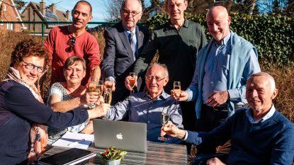 """Champagne voor afscheidnemende computerleerkracht Fons: """"Ik stuur nog wel eens een mailtje"""""""