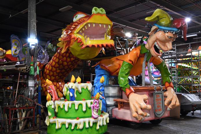 De Fènpruuvers bouwden een wagen met gekke feesten van over de hele wereld. Van het carnaval in Venetië tot het Chinees nieuwjaar. De bouwers denken erover om de helft van de wagen af te breken en weer opnieuw op te bouwen.