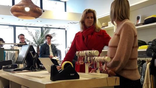 In de dameskledingzaak Rubia laat staatssecretaris Keijzer zich informeren over de combinatie van een webshop en een echte winkel.