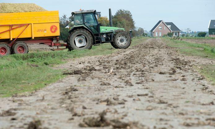Slik op polderwegen in Zeeland (archief).