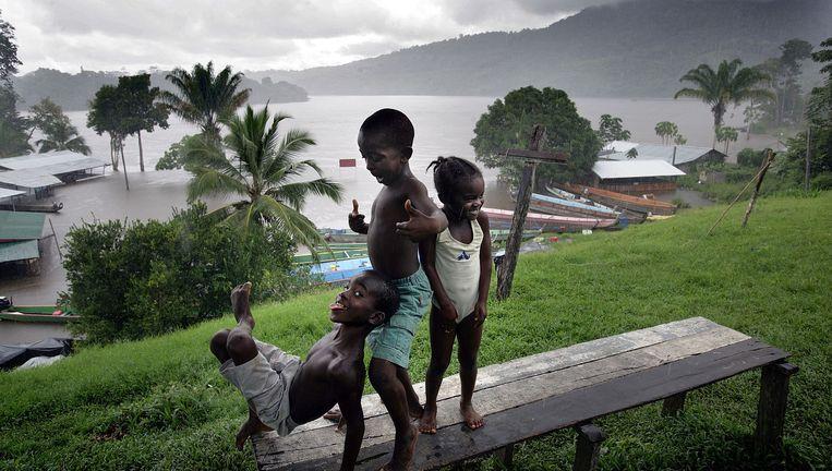 Kinderen spelen aan de oever van de Marowijne in Suriname, mei 2006. Beeld Guus Dubbelman/de Volkskrant