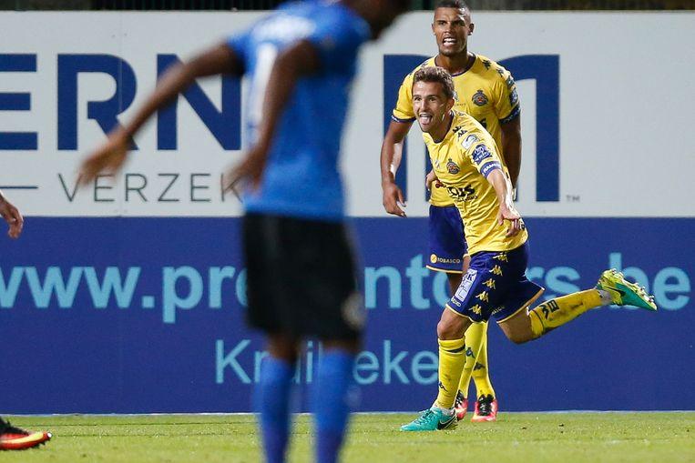 Zinho Gano viert het doelpunt van Siebe Schrijvers.