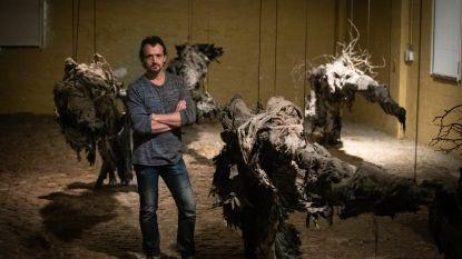 """Limburgse kunstenaar gebruikt drie jaar na zware brand assen in nieuwe expo: """"Ik heb hier energie uitgehaald"""""""