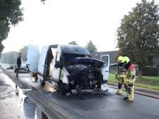 Bedrijfsbus vliegt tijdens het rijden in brand in Geldermalsen