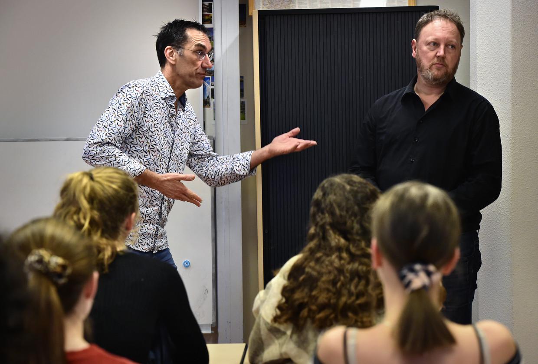 Wiskundedocent Egbert Verstraten (links) stelt mogelijke zij-instromer Peter Minnee voor aan de klas tijdens een meeloopdag op het Scala College in Alphen aan den Rijn. Beeld Marcel van den Bergh / de Volkskrant
