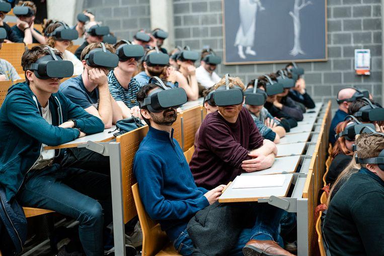 Een doctoraatsverdediging is altijd een speciaal moment. Maar Boris Bogaerts (UAntwerpen) maakte het wel heel bijzonder: hij voerde zijn verdediging volledig uit in virtual reality. Alle toehoorders droegen een speciale VR-headset.