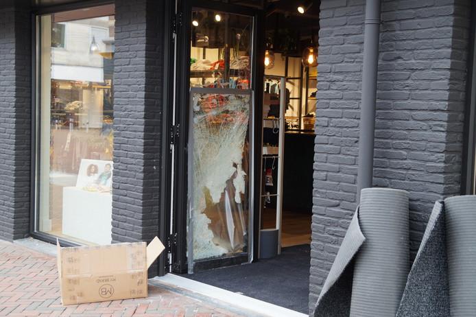 De ruit van de deur is door de ramkraak in Waalwijk aan diggelen.