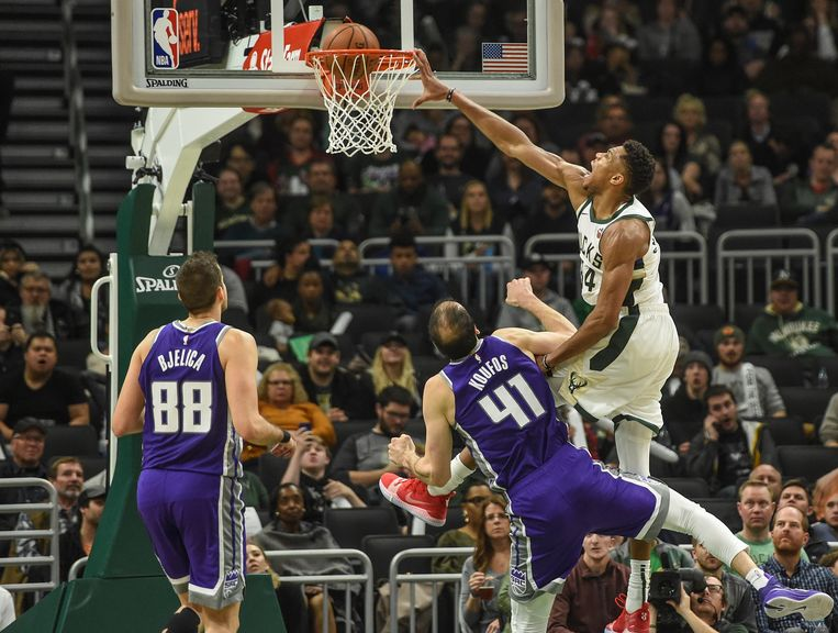 Milwaukee en forward Giannis Antetokounmpo lieten weinig heel van de Sacramento Kings.