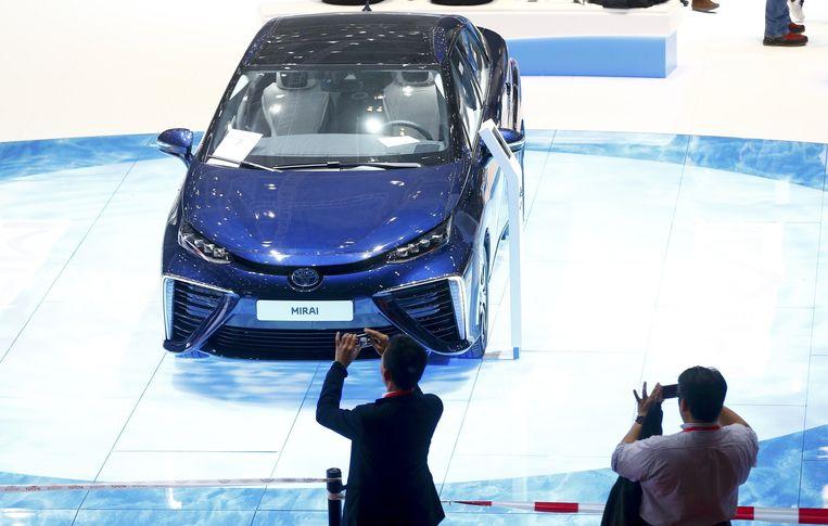De op waterstof rijdende Toyota Mirai. Volgens Toyota heeft rijden op waterstof de toekomst. Beeld Reuters