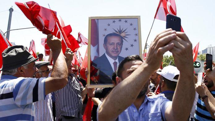 Aanhangers van de Turkse president Erdogan, vandaag nadat de couppoging van militairen zo goed als was afgeslagen.