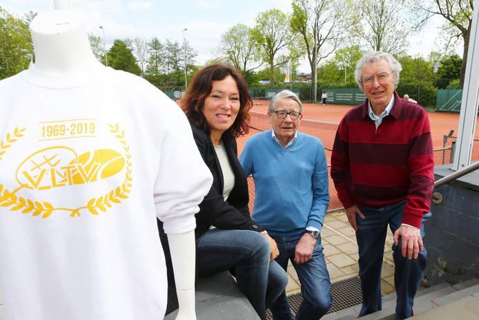 Wilma van Dormalen, Herman de Jong en Toine Doezé van tennisvereniging VLTV, die haar 50-jarig bestaan viert.